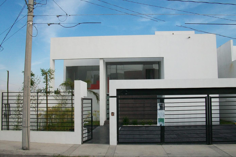 Minimalista fachada bienes raices en quer taro for Fachadas de casas modernas en queretaro