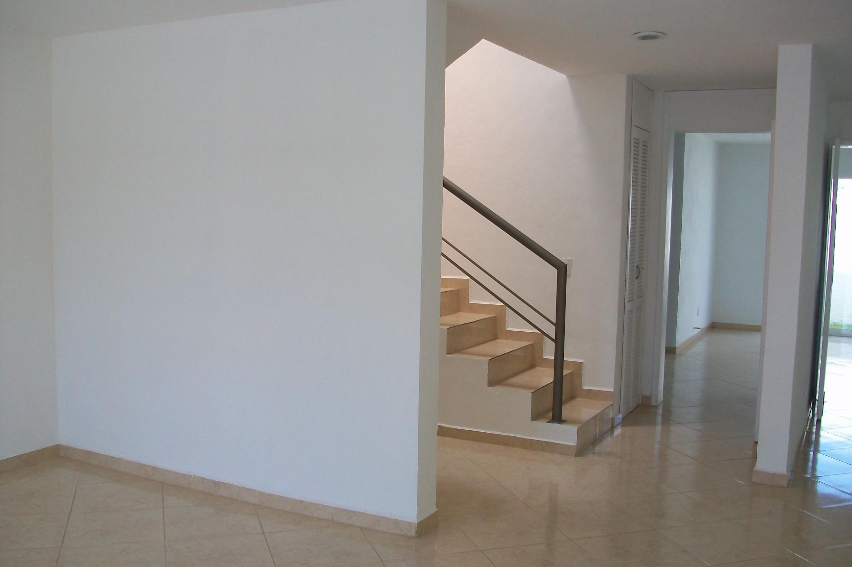 Juriquilla santa fe sala escaleras bienes raices en for Salas con escaleras